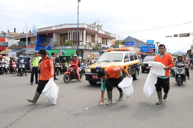Bertugas Saat Pawai Ta'aruf, Pasukan Kuning Pungut Sampah Sambil Jalan
