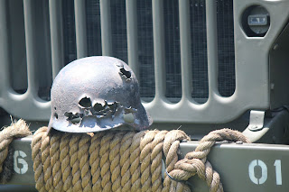 capacete de soldado completamente perfurado com tiros