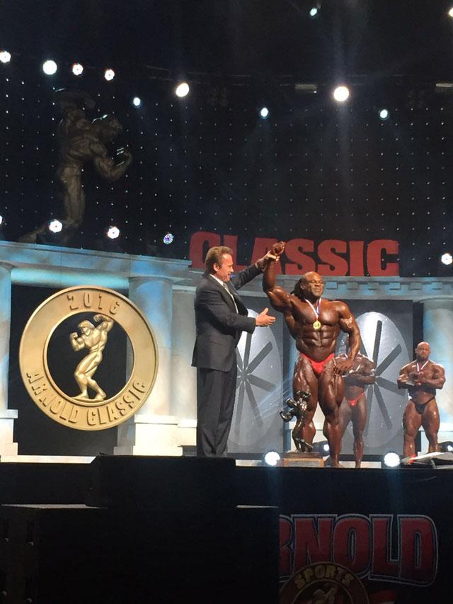 Kai Greene recebe troféu de campeão do Arnold Classic 2016 das mãos de Schwarzenegger. Foto: Divulgação