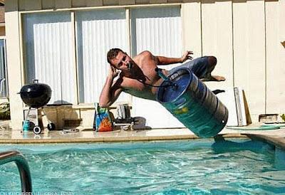 Fass Bier trinken im Pool lustige Sommer Bilder