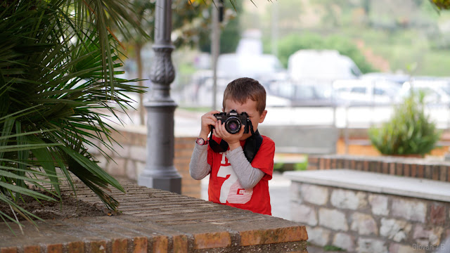 Bambino che fotografa con Nikon a pellicola