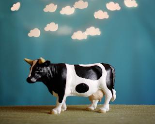 Una pequeña estatuilla de vaca para la habitación.