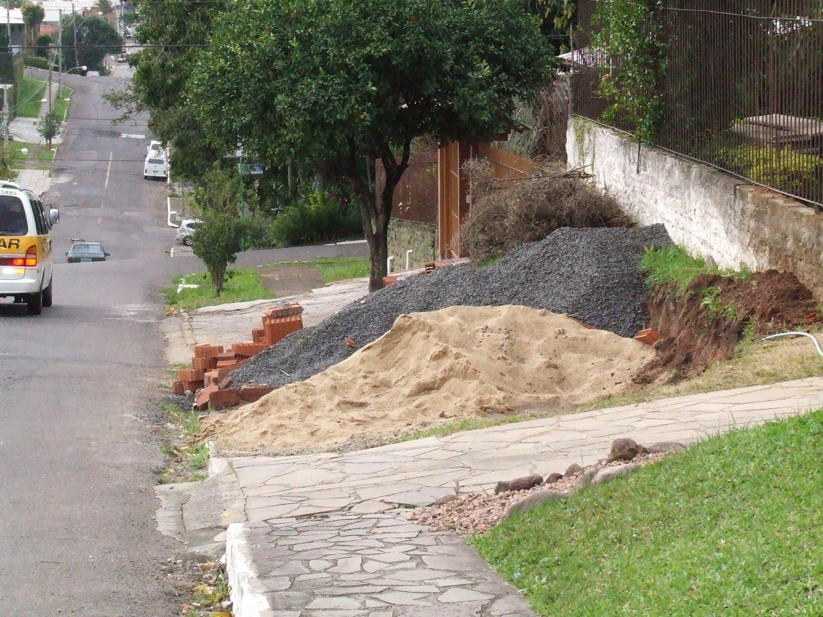 8f73434ca E aí vai a perguntinha: como está a calçada em frente ao terreno onde você  está construindo? Confesso que, no meu caso, está um caos.