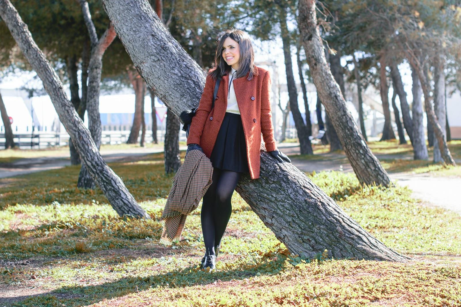 Look con abrigo en color caldera y falda mini de Zara