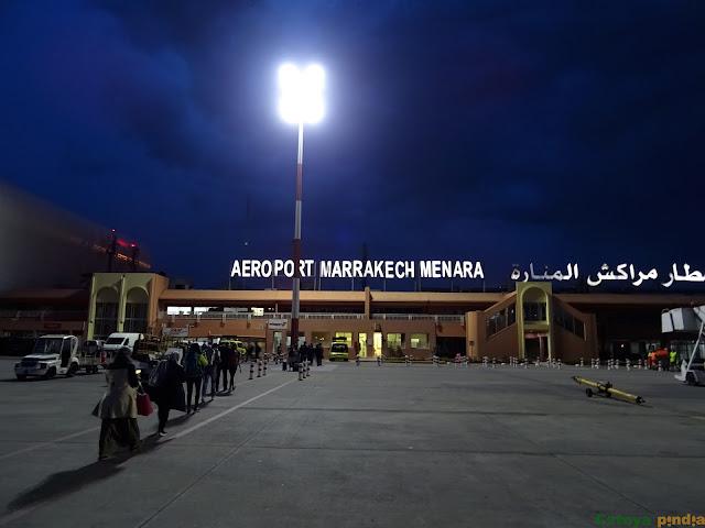 Llegando al aeropuerto de Marrakech-Menara anocheciendo