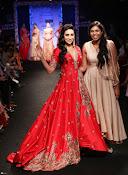 Karishma Kapoor Ramp Walk-thumbnail-1