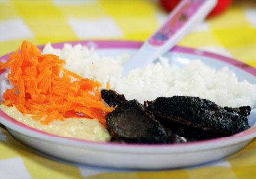 Puré de yuca con hígado frito y arroz