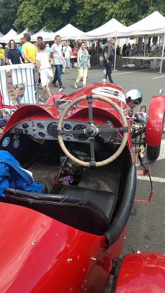 intérieur d'une voiture ancienne vintage de course