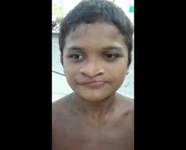 Cet enfant sort sa langue par sa narine