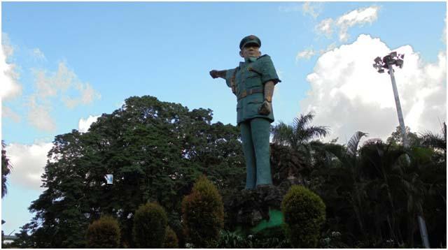 Patung monumen Jenderal Ahmad Yani. Wajah menoleh ke arah kiri, tangan menujuk ke arah kanan