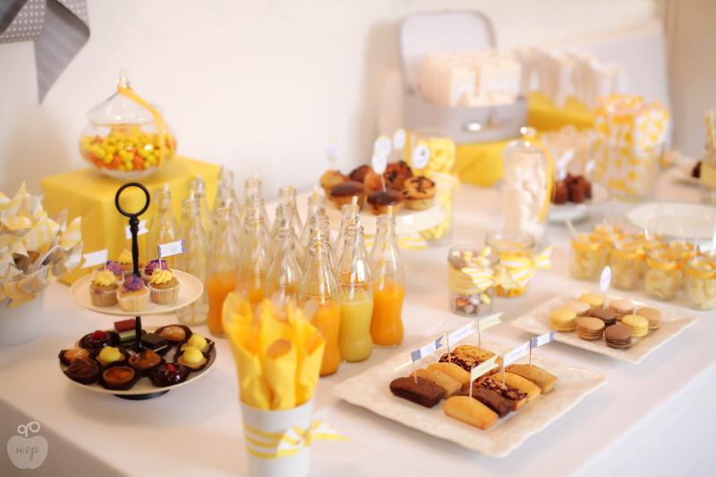 sweet table de douceurs baptême aux couleurs jaunes