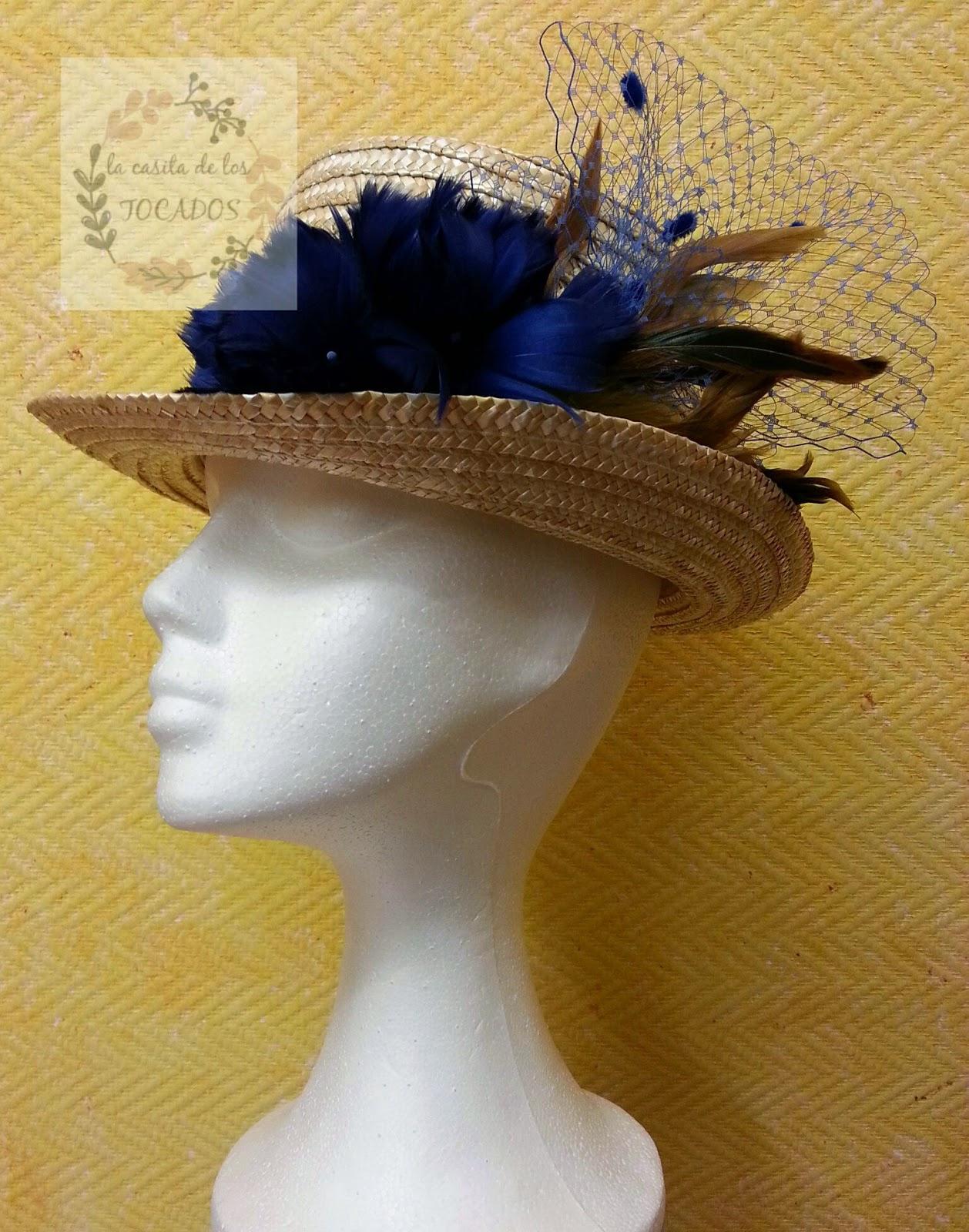 chistera para boda con velo, plumas y cinta de raso en colores azul noche y dorado o mostaza