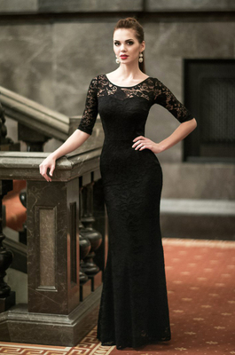 Ukrainerin im schwarzen Abendkleid (mit Spitze, eng und figurbetont)