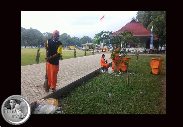 Pasukan Orange sibuk mengumpulkan sampah di alun - alun Subang