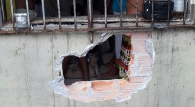 Delegacia improvisa cela e 4 presos fogem