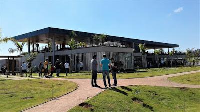 """A sede do clube do loteamento Tamboré em Jaguariúna foi projetada pelo escritório """"FGMF Arquitetos""""."""