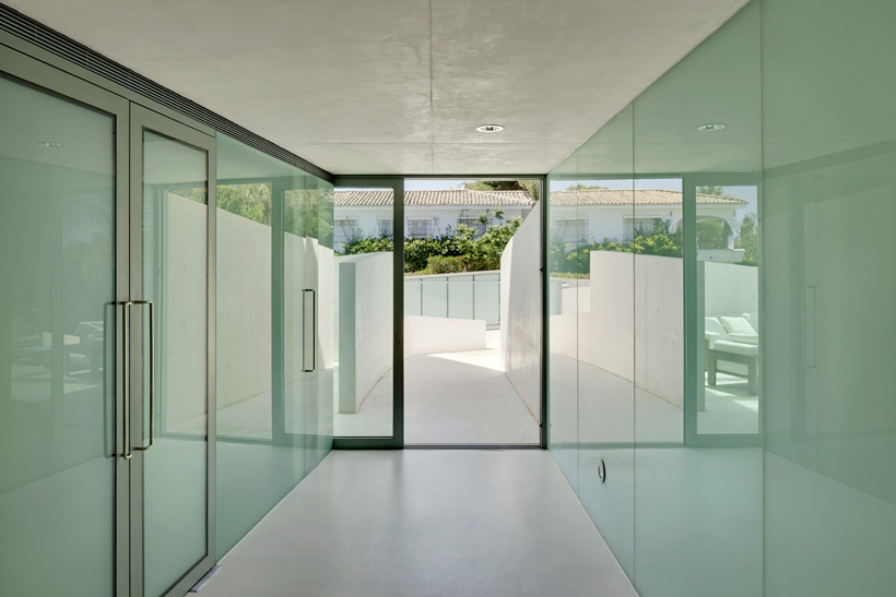 Hallway in House with swimming pool by Wiel Arets Architects (WAA)