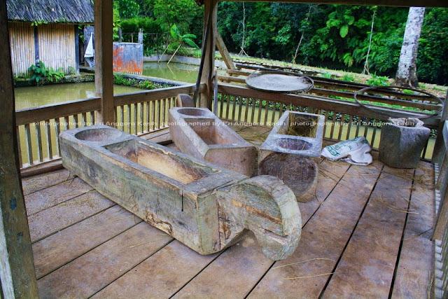 Alat penumbuk padi yang masih dipergunakan di Kampung Naga