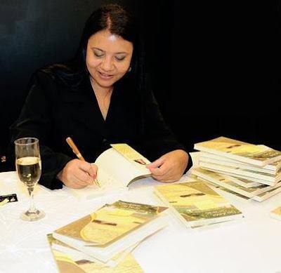 Isa Colli assinando livros