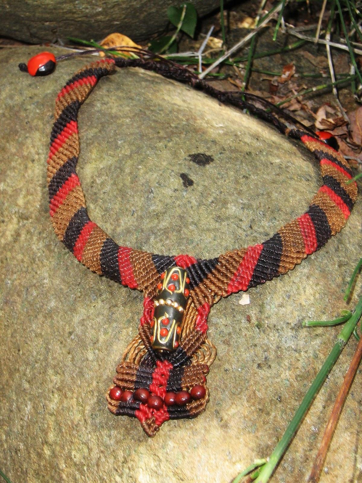 111d287ca992 Mera Naan Art  Collar de macrame en tonos marrones y rojos