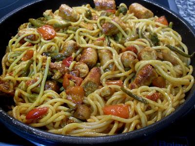 Cazuela de espaguetis, sofrito, verduras y salchichas de pavo a trozos