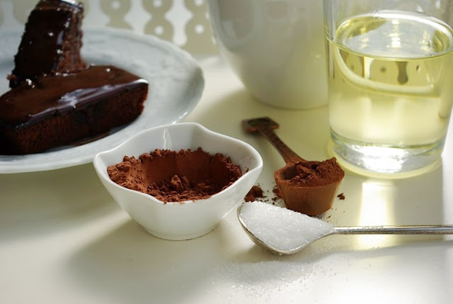 Sosu yumurtasız kakaolu ıslak kek tarifi
