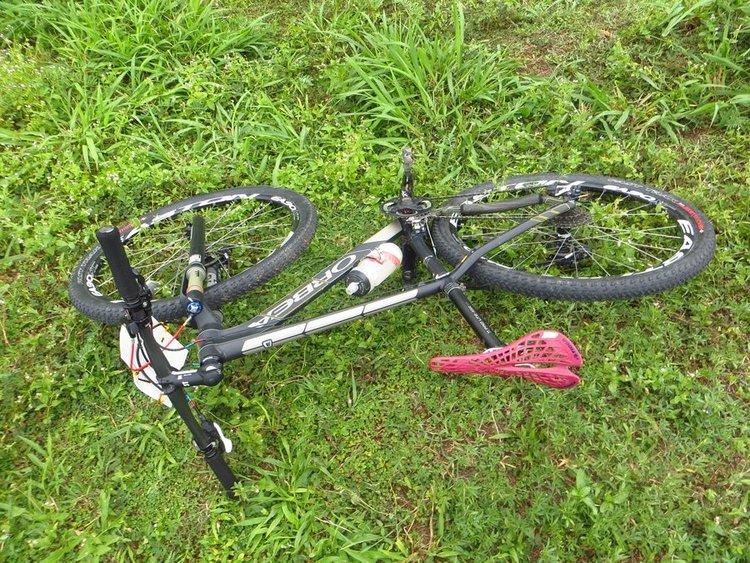 хороший горный велосипед на траве