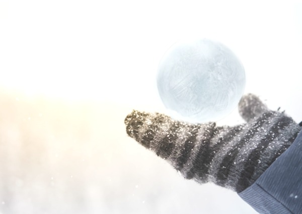 EXPERIMENT FOR KIDS: If you blow bubbles outside during the winter will they freeze? My kids had a blast with this! #scienceexperimentskids #winterscienceexperimentsforkids #frozenbubbles #frozenbubbleshowtomake #howtofreezebubblesoutside