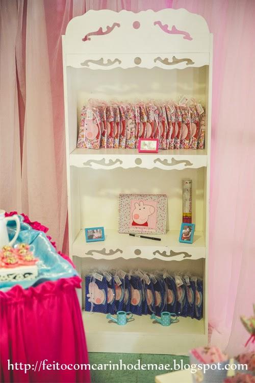 estante de lembrancinhas da festa da Peppa