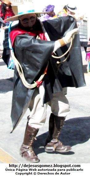 Foto del  Argentino o arriero con su látigo haciendo campo entre el público para el desplazamiento de la cuadrilla de Tunantada. Foto del  Argentino o arriero tomada por Jesus Gómez