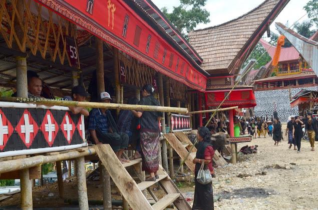Lantang atau semacam bilik bambu berbentuk  panggunguntuk para tamu selama prosesi Rambu Solok di Tana Toraja || jelajahsuwanto
