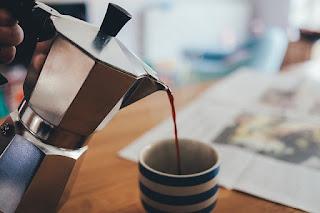 In eine Tasse wird Kaffee eingegossen. Morgens, wenn ich zur Arbeit gehe. Ein Leben mit Kindern ist nicht nur stressig. Auch nicht morgens vor der Arbeit | Terrorpüppi | Reflektiert, bedürfnisorientiert, gleichberechtigt