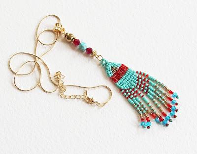 https://www.alittlemarket.com/collier/fr_petit_sautoir_ethnique_cheyenne_chaine_doree_et_pendentif_tissage_de_perles_artisanal_perles_rocaille_turquoise_hematite_verre_-17434056.html