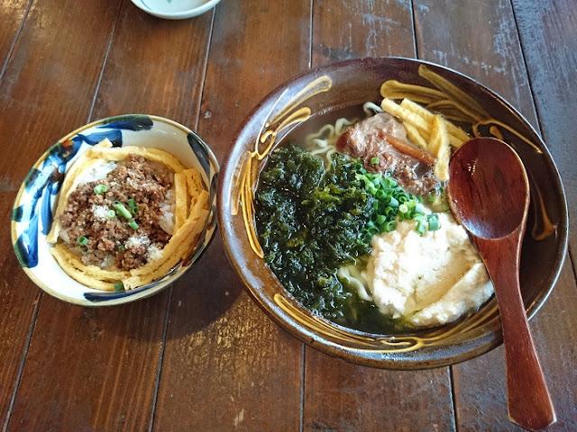 ゆしアーサそば(大)とタコライス風御飯の写真