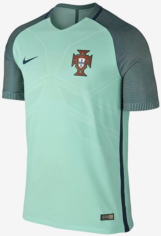 A camisa reserva é verde piscina com as mangas possuindo finas listras em  tom mais escuro e detalhes em azul marinho na gola e nas laterais da camisa. 42ca3f4dac98d