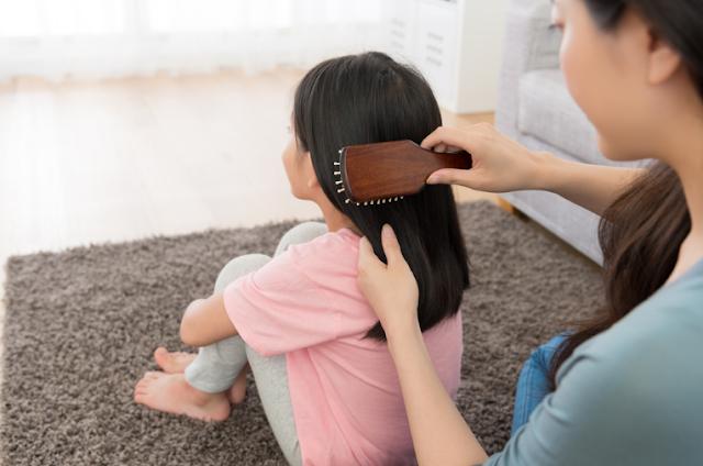 merawat rambut kering pada anak