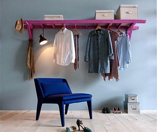 Colgador de ropa creado con una escalera y dos escuadras de madera