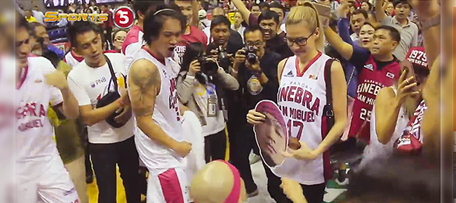 Mark Caguioa proposes to longtime girlfriend Laura Hudson (VIDEO)