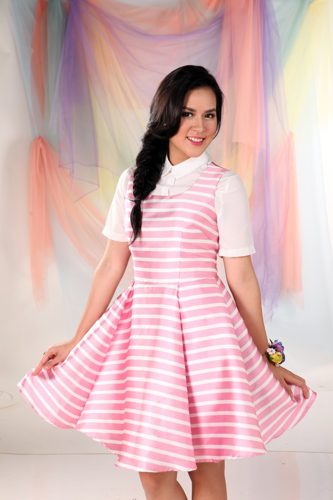 Penyanyi cantik bernama lengkap Raisa Andriana yang lebih dikenal dengan nama Raisa. Raisa adalah wanita cantik kelahiran 6 Juni 1990 ini terkenal setelah membawakan single berjudul Serba Salah. sebelum menjadi penyanyi solo, Raisa sempat terdaftar sebagai vokalis di band bentukan Kevin Aprilio yang saat ini dikenal dengan nama Vierra. Pada tahun 2011, Raisa mengeluarkan sebuah album berjudul Eponim yang dipruduksi oleh Solid Record dan Universal Music Indonesia. pakai baju Pink
