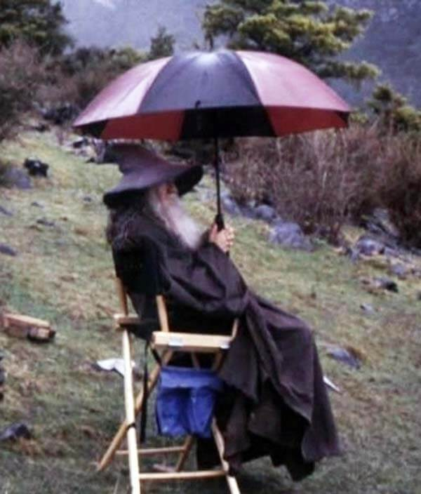 60 Iconic Behind-The-Scenes Pictures Of Actors That Underline The Difference Between Movies And Reality - Even Wizards do not like to get wet.
