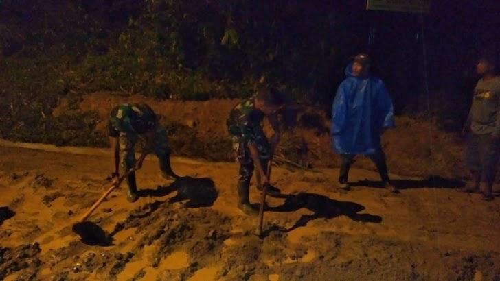 Satgas TMMD Bersama Masyarakat Desa Sungai Ning, Bersihkan Lumpur Dari Jalan