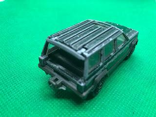 Jeep CHEROKEE 4×4 のおんぼろミニカーを斜め後ろから撮影