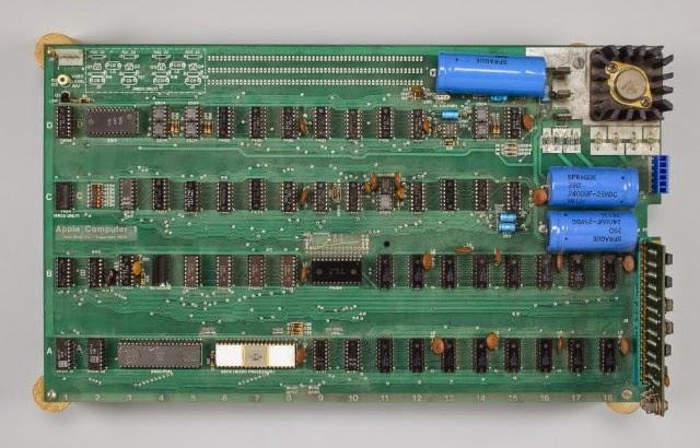Um dos primeiros computadores Apple, construído por Steve Wozniak é vendido por 905 mil dólares