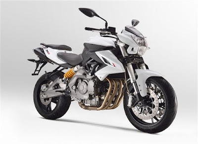 Benelli TNT 600i ABS right side pose