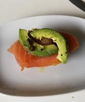 Räucherlachs mit Avocado auf Ciabatta