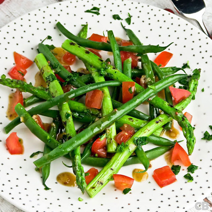 Salade van haricots verts, gegrilde groene aspergepuntjes en tomaat