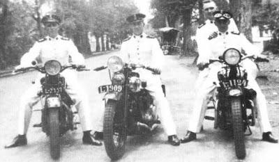 """Sejarah Geng Motor di Indonesia  Sejarah Awal Adanya Geng Motor di Indonesia - Akhir-akhir ini kasus kejahatan geng sepeda motor sangatlah meresahkan masyarakat yang ada di indonesia. disini kumpulan sejarah bukan membahas tentang kebrutalan anak-anak geng sepeda motor yang ada di indonesia, melainkan membahas kapan adanya geng sepeda motor masuk ke  indonesia. Tahu tidak, Geng Sepeda Motor sudah ada di Jakarta sejak tahun 1915. Kala itu namanya Motorfietsrijders te Batavia. Tidak kalah dengan Geng Motor Amerika Serikat yang sudah terkenal itu. Menurut catatan Koninlijk Instituut voor Taal, Land en Volkenkunde (KITLV), sepeda motor masuk ke Indonesia pertama kali dibawa oleh seorang berkebangsaan Inggris, John C. Potter pada tahun 1893.  Sehari-hari J.C. Potter bekerja sebagai Masinis Pertama di pabrik gula Oemboel (baca: Umbul) Probolinggo, Jawa Timur. Sejarah Awal Adanya Geng Motor di IndonesiaJ.C. Potter juga dikenal sebagai penjual mobil yang mendapat kepercayaan Sunan Solo untuk mengurusi pengiriman mobil pertamanya dari Eropa. Dalam buku """"Krèta Sètan (de duivelswagen)"""" dikisahkan bagaimana John C. Potter memesan sendiri sepeda motor itu ke pabriknya, Hildebrand und Wolfmüller, di Muenchen, Jerman. Sepeda motor itu tiba pada tahun 1893, satu tahun sebelum mobil pertama milik Sunan Solo (merk"""