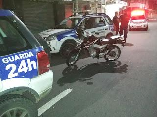 Motocicleta recuperada pela Guarda Municipal de Vitória (ES) após perseguição e enfrentamento.