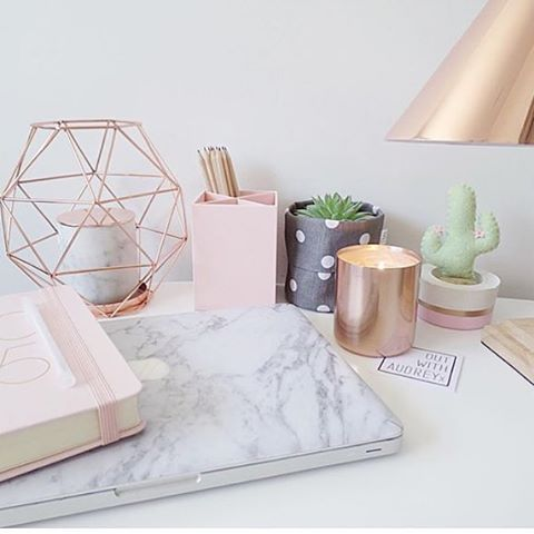 The lovely side dorm decor week rose gold white marble for Decoration maison rose gold