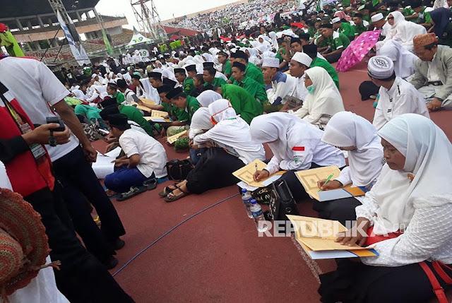 Bela Islam yang Sebenarnya, Ratusan Ribu Santri Baca Kitab Kuning Serentak di Sidoarjo
